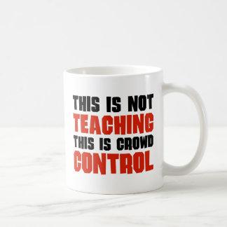 Esto no está enseñando, esto es control de multitu tazas de café