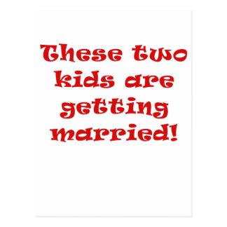 Estos dos niños están consiguiendo casados tarjetas postales