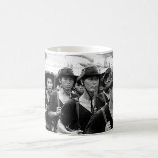 Estos hombres jovenes, de toda la banda de Vietnam Taza