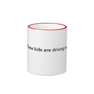 ¡Estos niños me están conduciendo a la bebida! Taza A Dos Colores