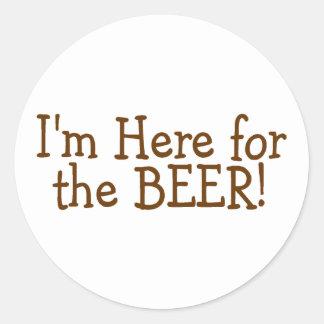Estoy aquí para la cerveza (Brown) Pegatina Redonda