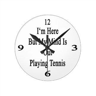 Estoy aquí pero mi mente está realizando tenis