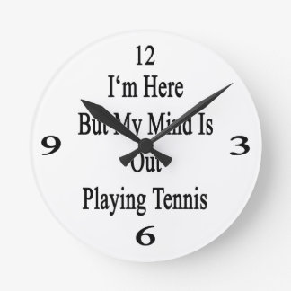 Estoy aquí pero mi mente está realizando tenis reloj de pared