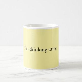 """Estoy bebiendo taza de la orina"""