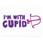 Estoy con el Cupid Tarjetas Postales