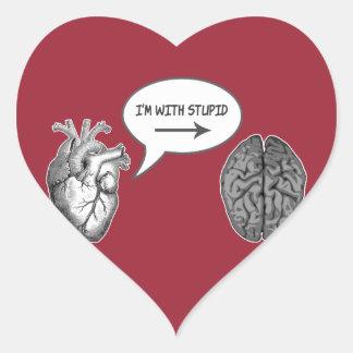 Estoy con estúpido (el corazón al cerebro) pegatina en forma de corazón