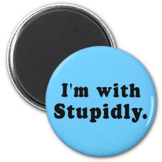 Estoy con estúpido las camisetas, gorras, botones imán redondo 5 cm