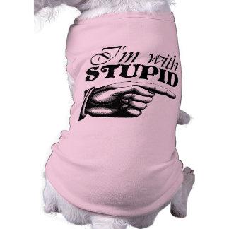 Estoy con la camisa estúpida del perro camisetas de perro