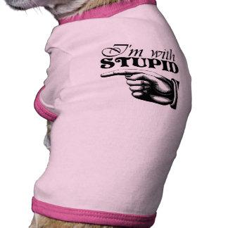 Estoy con la camisa estúpida del perro camiseta de mascota