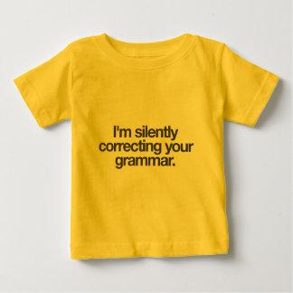 Estoy corrigiendo silenciosamente su gramática camisas