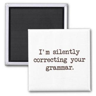 Estoy corrigiendo silenciosamente su gramática imán para frigorífico