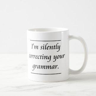 Estoy corrigiendo silenciosamente su gramática. .p tazas