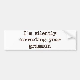Estoy corrigiendo silenciosamente su gramática pegatina para auto