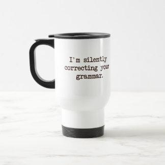 Estoy corrigiendo silenciosamente su gramática taza