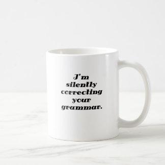 Estoy corrigiendo silenciosamente su gramática taza de café