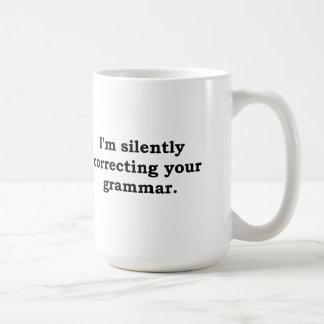 Estoy corrigiendo silenciosamente su gramática tazas de café