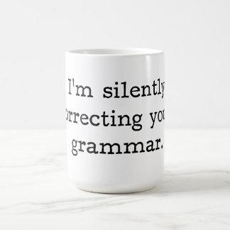 Estoy corrigiendo silenciosamente su gramática taza básica blanca