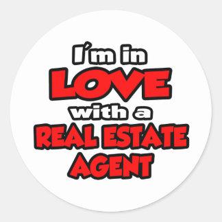 Estoy en amor con un agente inmobiliario pegatina redonda