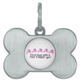 Estoy en amor con un chica puesto un neumático placas de nombre de mascota