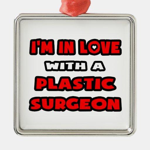 Estoy en amor con un cirujano plástico adorno cuadrado plateado