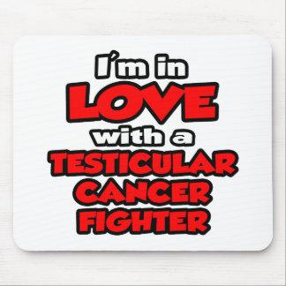 Estoy en amor con un combatiente del cáncer testic alfombrilla de ratones