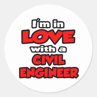 Estoy en amor con un ingeniero civil pegatina redonda