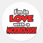Estoy en amor con un microbiólogo pegatina redonda