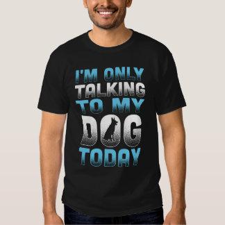 Estoy hablando solamente con mi camisa del perro