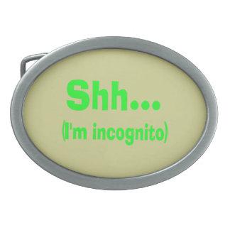 Estoy incógnito - color de fondo beige hebillas cinturón ovales