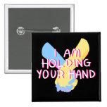 Estoy llevando a cabo su mano (v.5) por Britt Pin Cuadrado