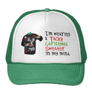 Estoy llevando un suéter pegajoso del navidad en m gorro de camionero