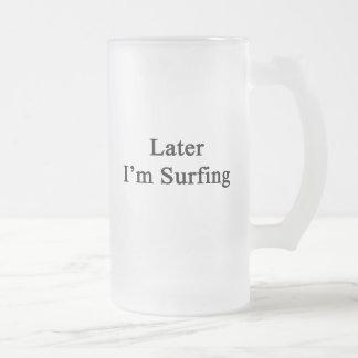 Estoy practicando surf más adelante taza