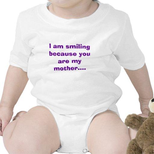 Estoy sonriendo porque usted es mi madre…. traje de bebé