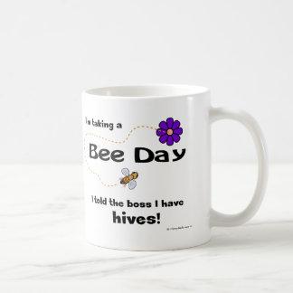 Estoy tardando un día de la abeja… - Taza
