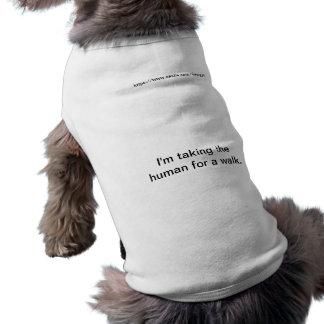 Estoy tomando al ser humano para un paseo playera sin mangas para perro