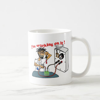 Estoy trabajando en él - por YIO Tazas De Café