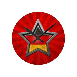 Estrella alemana de la bandera con los rayos de la relojes de pared