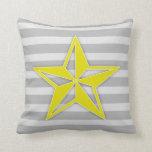 Estrella amarilla en rayas grises cojin