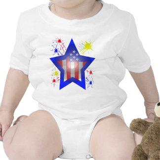 Estrella americana con los fuegos artificiales camiseta