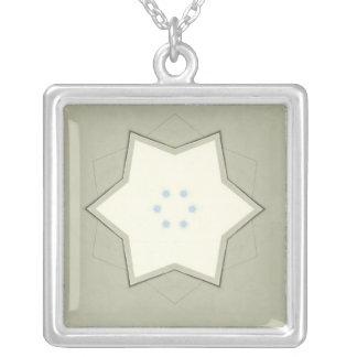 Estrella blanca en el collar verde