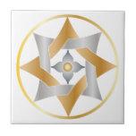 Estrella céltica del nudo en un círculo - oro y azulejo cuadrado pequeño