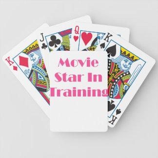 Estrella de cine en el entrenamiento barajas de cartas