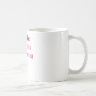 Estrella de cine en el entrenamiento taza de café
