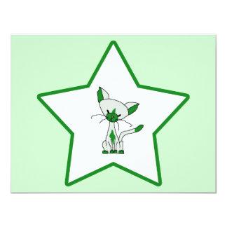 """Estrella de la suerte verde - afortunada el gato invitación 4.25"""" x 5.5"""""""
