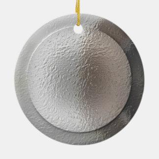 Estrella de plata en la reflexión del claro de adorno redondo de cerámica
