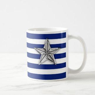 Estrella de plata náutica en rayas de azules taza de café