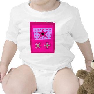 Estrella del laurel en rosa traje de bebé