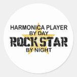 Estrella del rock de la armónica por noche etiqueta redonda