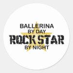Estrella del rock de la bailarina por noche pegatina redonda