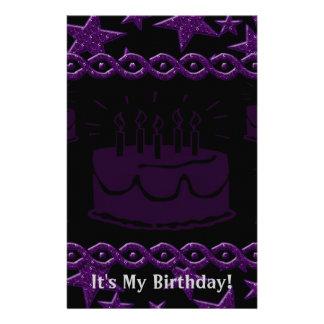Estrella del rock de la torta de cumpleaños en papelería de diseño